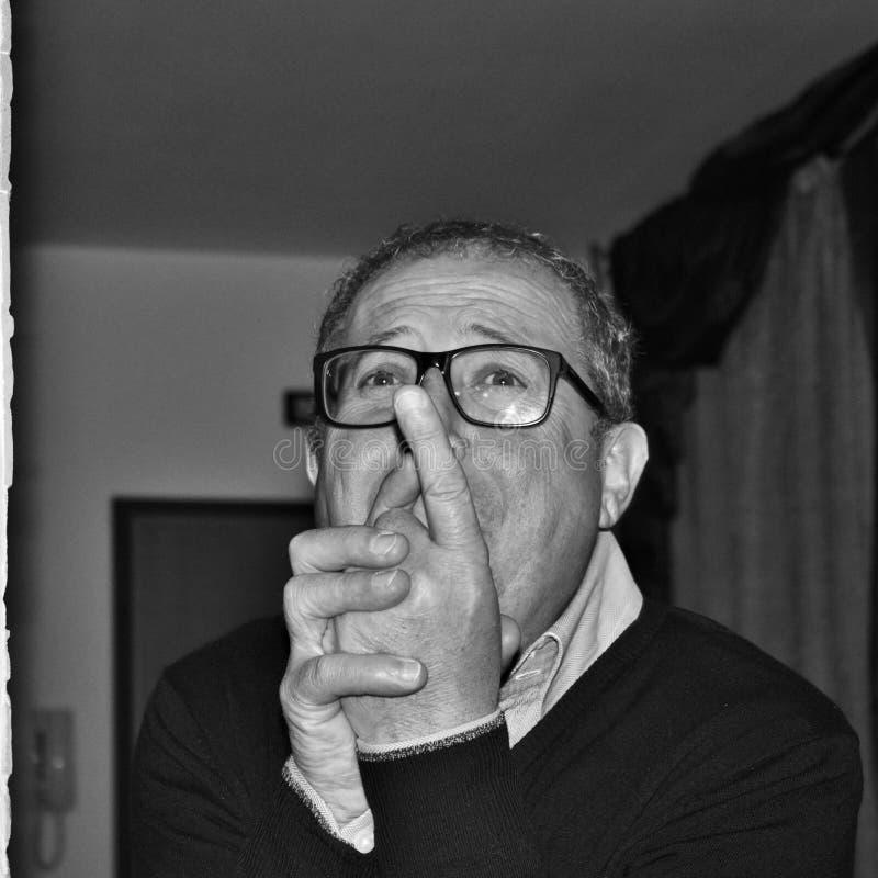 man, som tigger humorously, svartvitt fotografi fotografering för bildbyråer