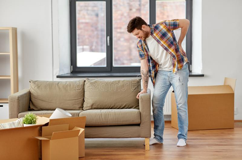 Man som tillbaka har att göra ont att flytta sig till det nya hemmet royaltyfri bild
