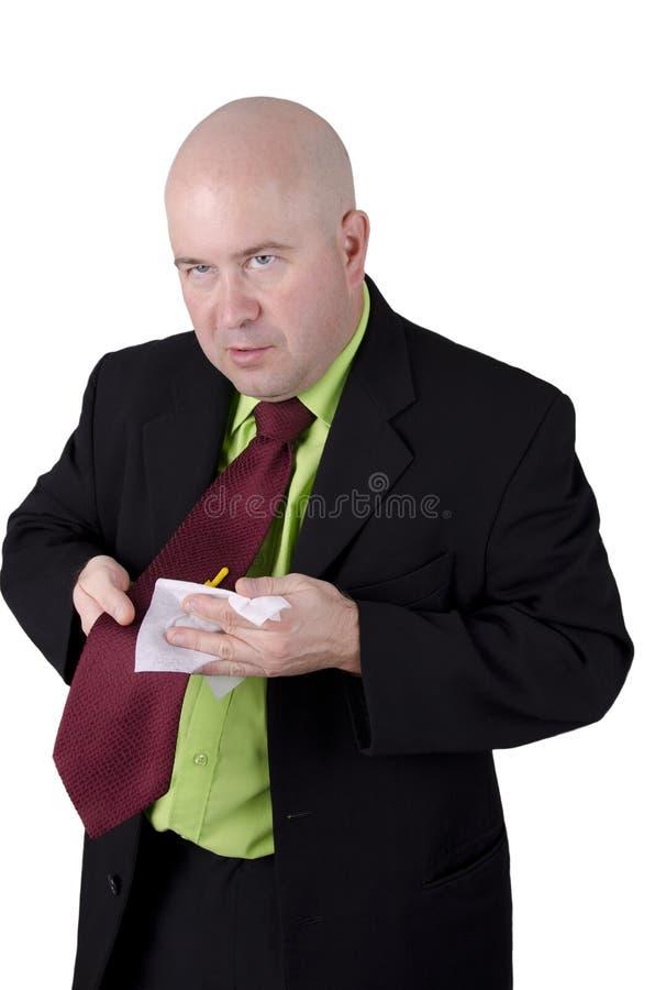 Man som torkar hans tie royaltyfria bilder
