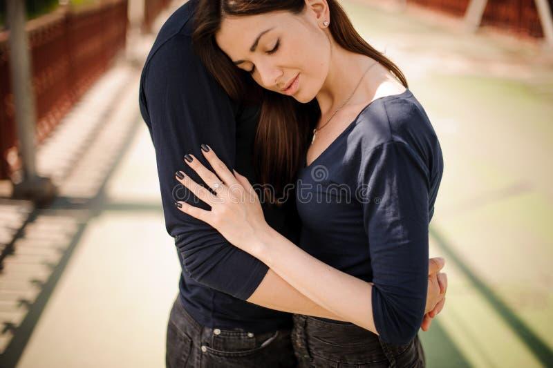 Man som tröstar hans utomhus- kvinna arkivbild