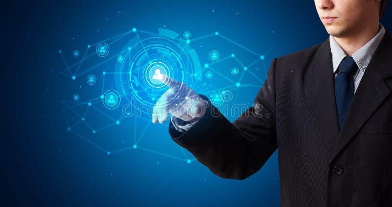 Man som trycker på hologramsäkerhetssymbol royaltyfri fotografi