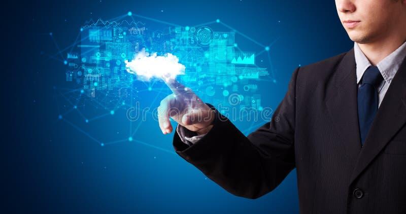 Man som trycker på molnsystemhologrammet royaltyfria bilder