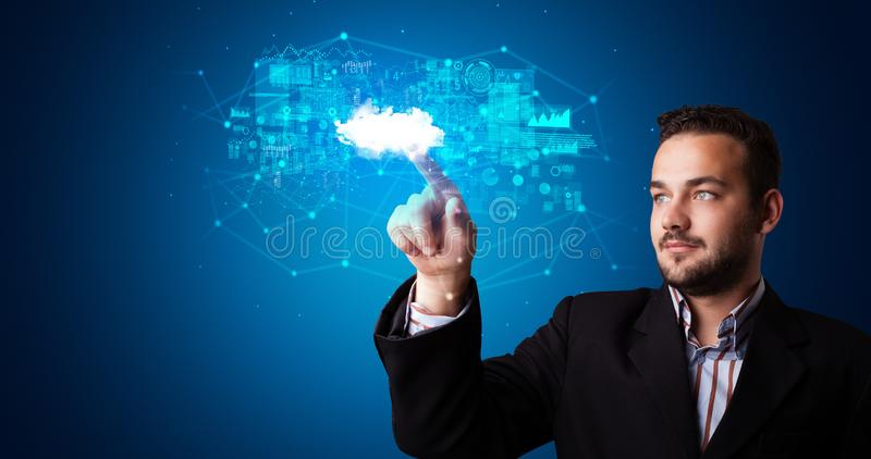 Man som trycker p? molnsystemhologrammet royaltyfri fotografi