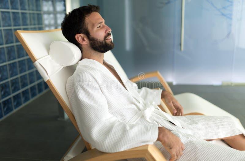 Man som tycker om behandlingar för wellnessbrunnsortsemesterort royaltyfria foton