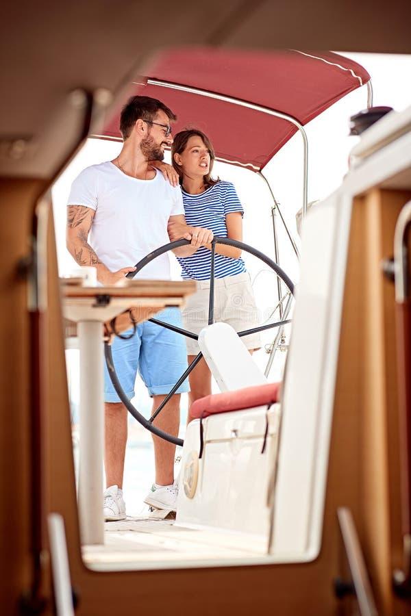 Man som tycker om en sommardag på ett fartyg med hans flickvän royaltyfria bilder
