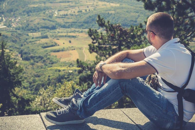 Man som tycker om härligt berglandskap royaltyfri foto