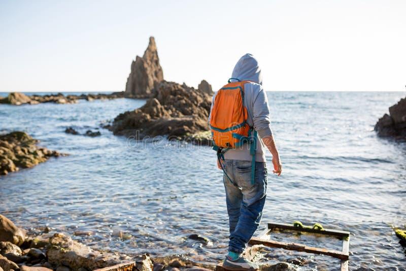Man som undersöker den spanska kustlinjen arkivbilder
