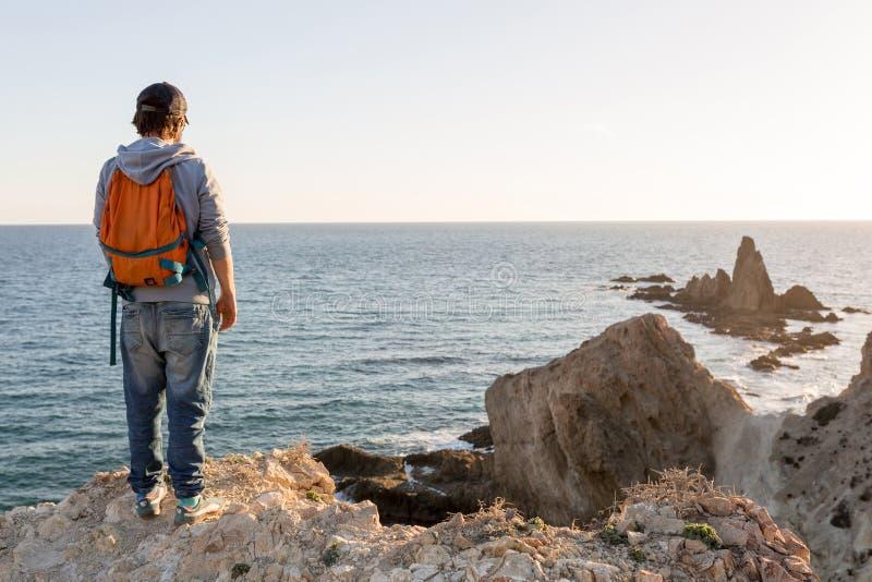 Man som undersöker den spanska kustlinjen arkivbild