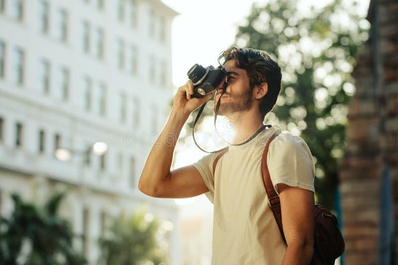 Man som undersöker staden royaltyfria foton