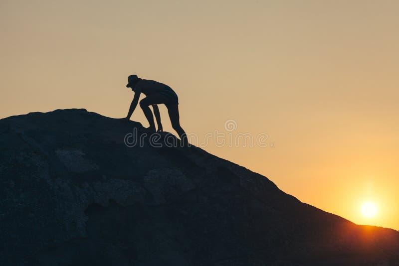 Man som upp klättrar kullen royaltyfri fotografi