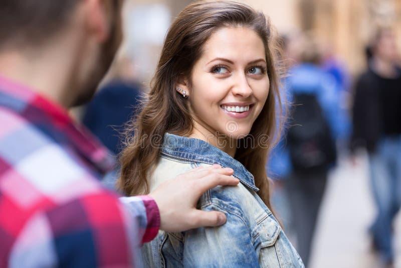 Man som upp väljer kvinnan på gatan royaltyfria bilder