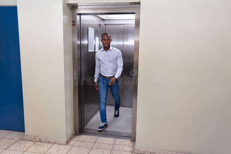 Man som ut kommer fr?n en hiss fotografering för bildbyråer