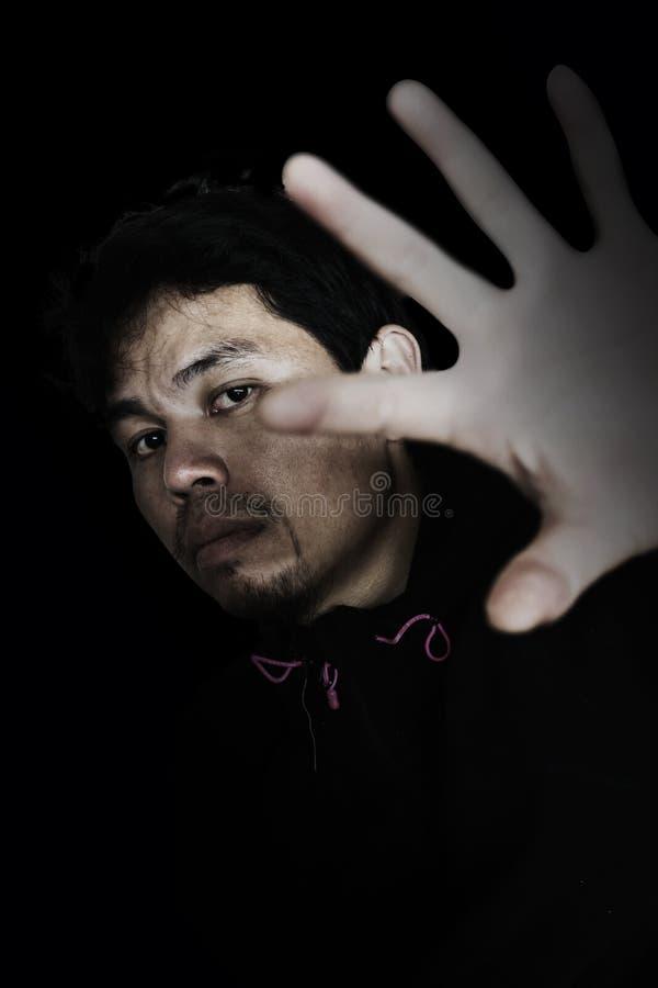 man som ut sträcker handen för att öppna något med skräck royaltyfria foton