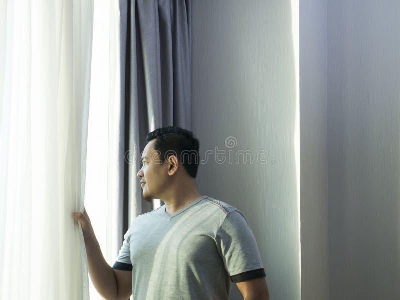 Man som ut tänker och ser Windows royaltyfri bild