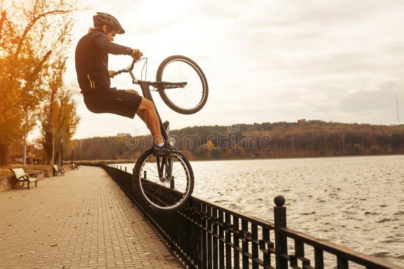 Man som utför trick med cykeln arkivfoto