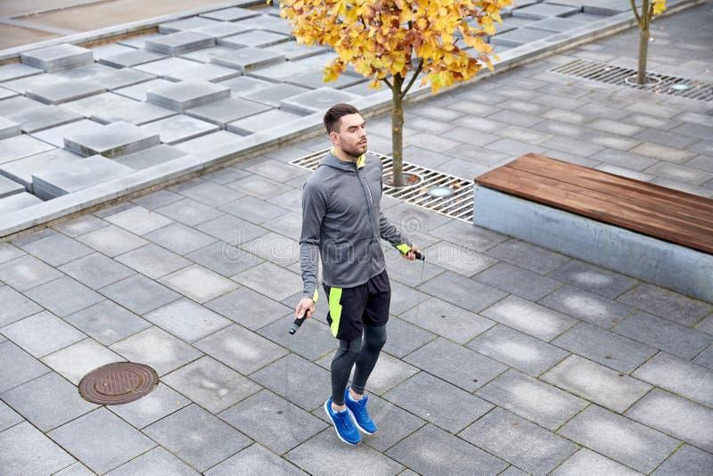 Man som utomhus övar med hopp-repet royaltyfri fotografi