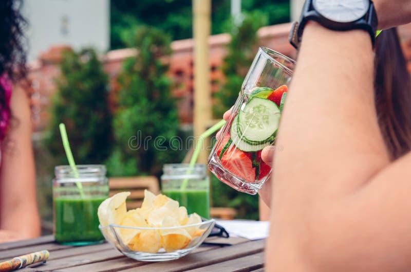 Man som utomhus dricker ingav fruktvattencoctailar arkivbilder
