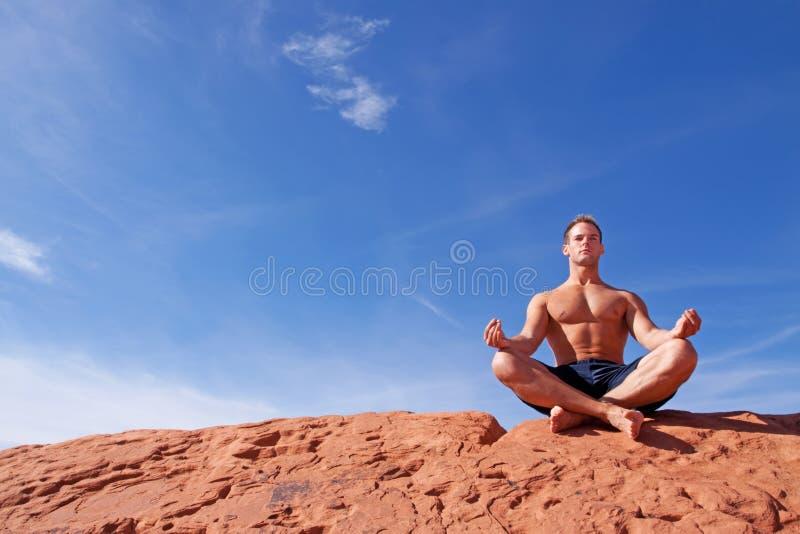 man som utomhus mediterar arkivbilder