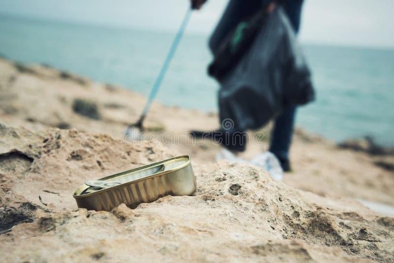 Man som utomhus samlar avskr?de arkivbild