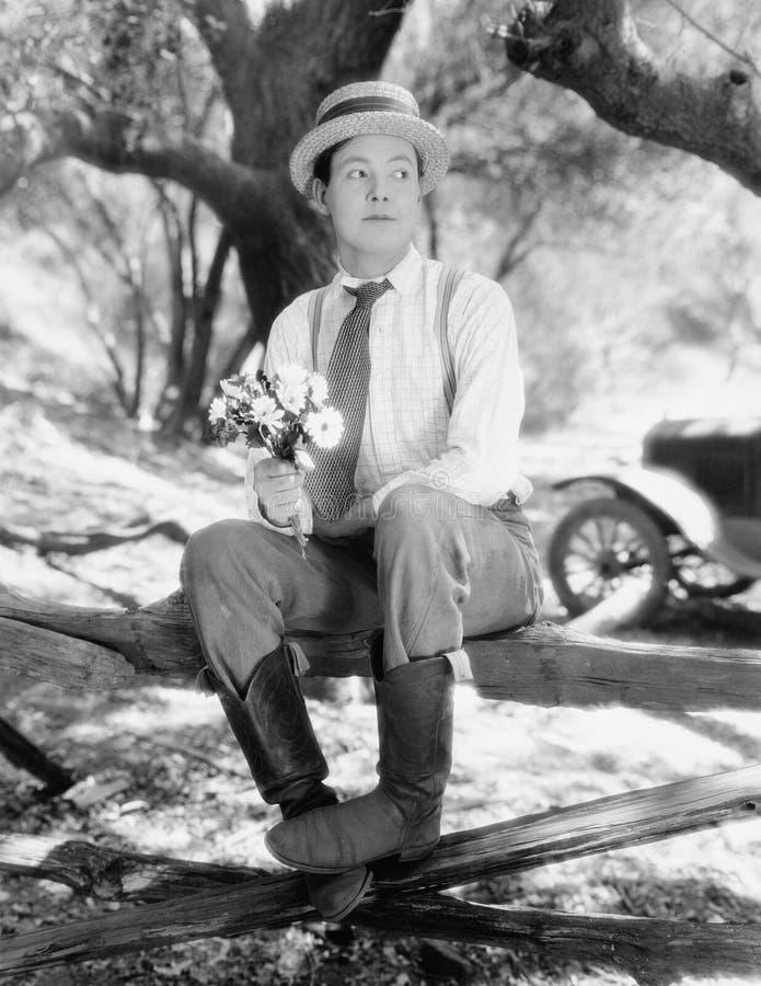 Man som väntar med buketten av blommor (alla visade personer inte är längre uppehälle, och inget gods finns Leverantörgarantier s arkivfoto