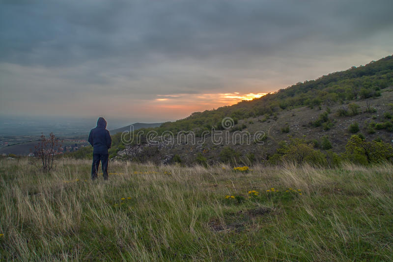Man som väntar soluppgången royaltyfria foton
