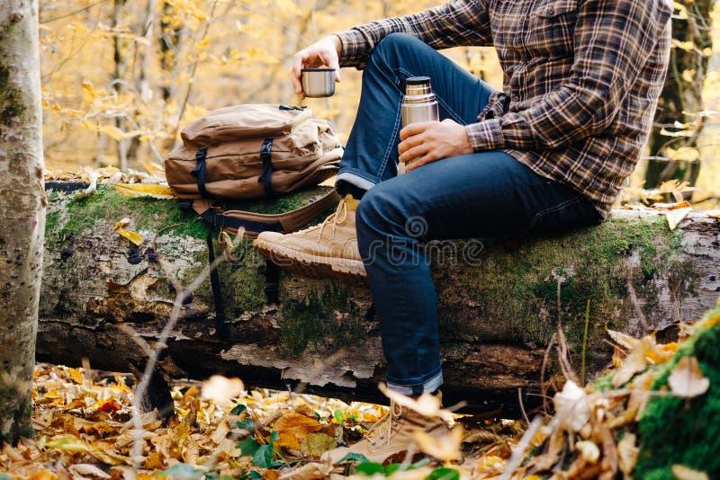 Man som vilar i den utomhus- hösten royaltyfria foton