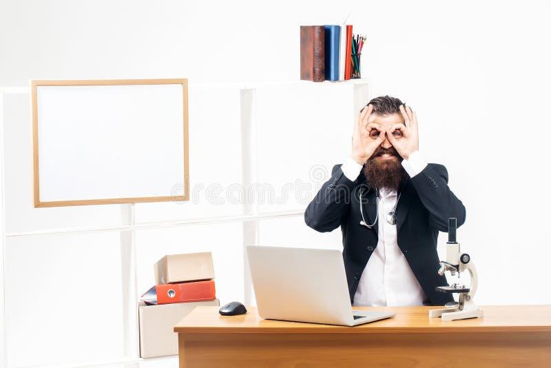 Man som visar exponeringsglas på skrivbordet arkivbild