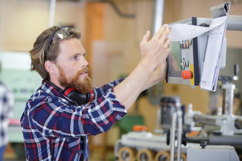 Man sombär säkerhet exponeringsglas, arbetar på maskinen royaltyfri fotografi