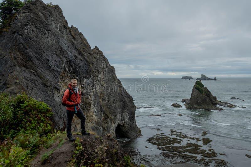 Man sorride sulla Overlook alla Pacific Northwest Beach fotografie stock libere da diritti