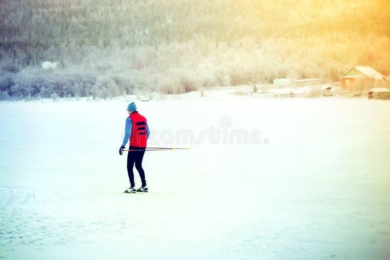 Man sporten för skidåkningvintertid och den sunda livsstilen royaltyfri fotografi