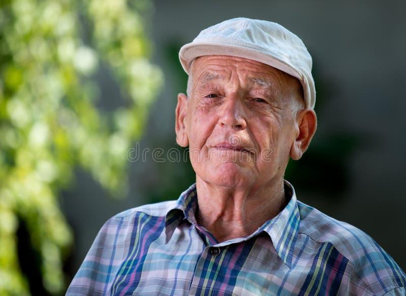 man ståendepensionären royaltyfria foton
