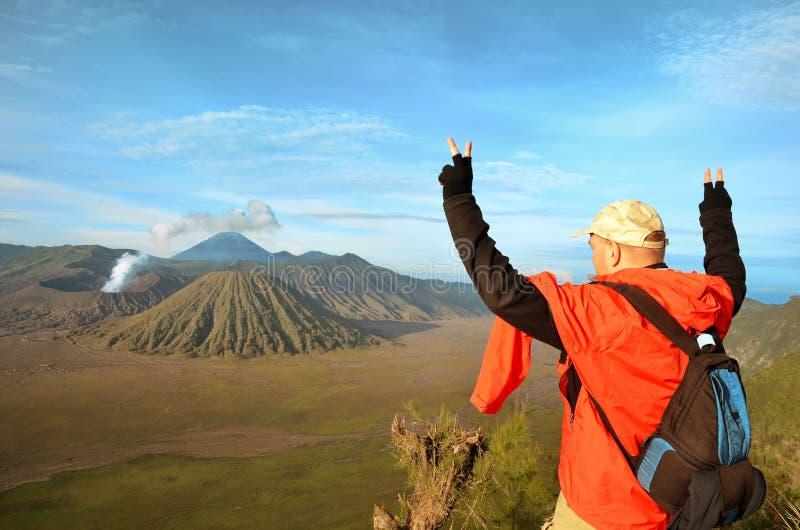 Man staget på den bästa near vulkan Bromo i Indonesien arkivfoto