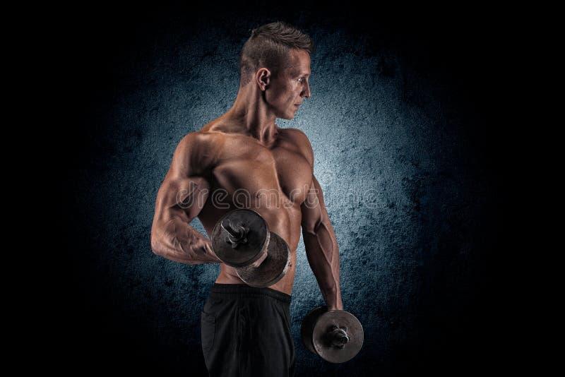 man svarta hantlar för bakgrund muskulöst arkivbild