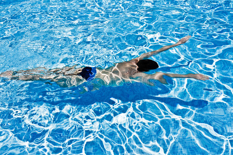 Man swimming underwater in pool royalty free stock photos