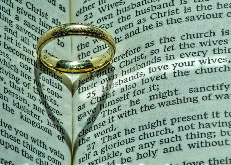 Man trouwring heeft diepere godsdienstige betekenis royalty-vrije stock foto