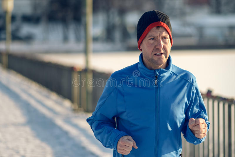 Man ut i vinterväder för hans dagstidningkörning royaltyfri bild