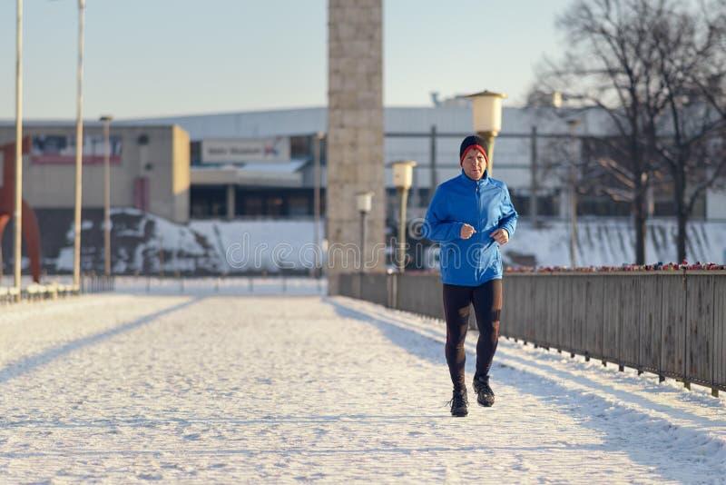 Man ut i vinterväder för hans dagstidningkörning royaltyfri fotografi