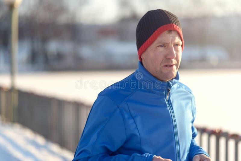 Man ut i vinterväder för hans dagstidningkörning arkivbilder