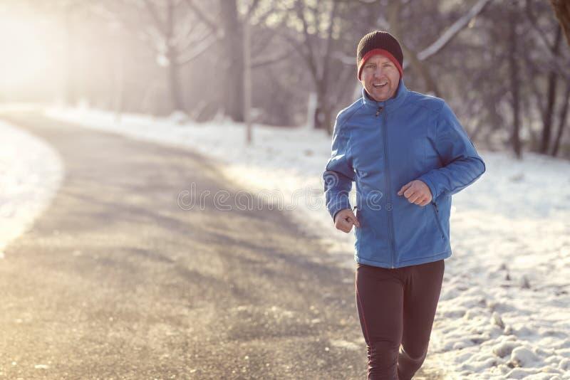 Man ut i vinterväder för hans dagstidningkörning royaltyfri foto