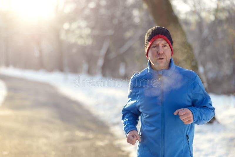 Man ut i vinterväder för hans dagstidningkörning fotografering för bildbyråer