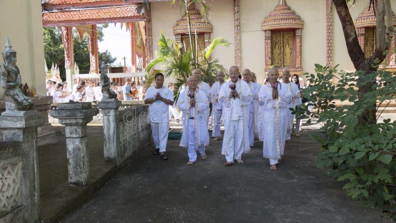 Man vem ska bli buddhismmunken som ber och går runt om chu royaltyfri fotografi