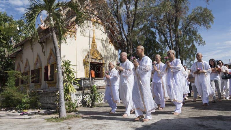 Man vem ska bli buddhismmunken som ber och går runt om chu arkivfoto