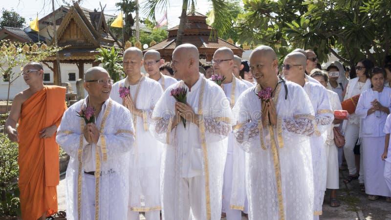 Man vem ska bli buddhismmunken som ber och går runt om chu fotografering för bildbyråer