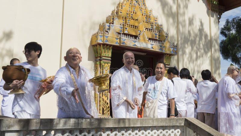 Man vem ska bli myntet för buddhismmunkkastet för folk i ordin royaltyfria foton