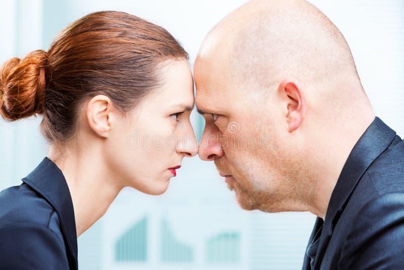 Man versus de confrontatie van het vrouwenbureau stock afbeeldingen