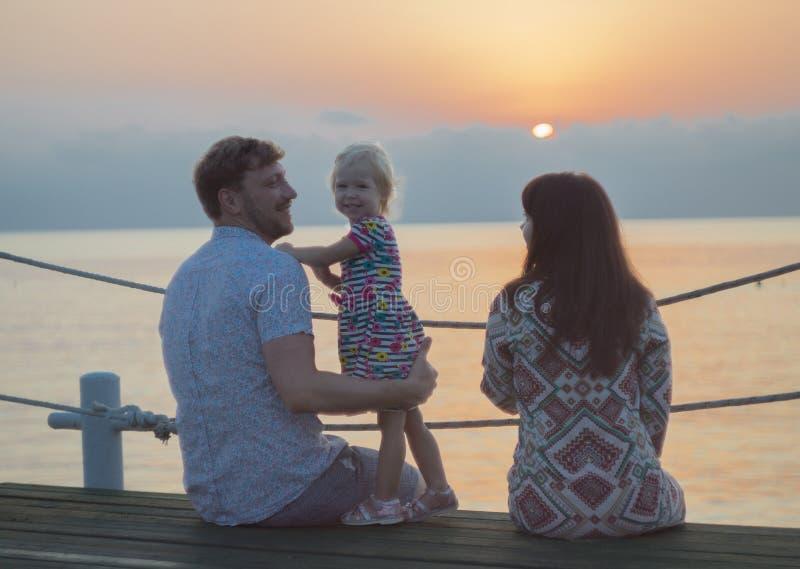 Man vrouw en meisje op het strand - familie stock foto