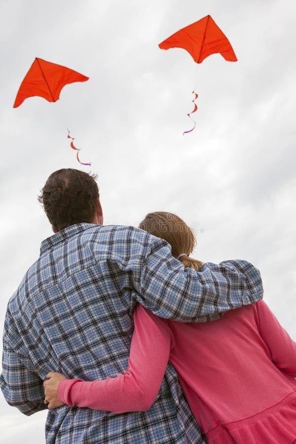 Man & Vrouwenpaar die Rode Vliegers vliegen royalty-vrije stock foto