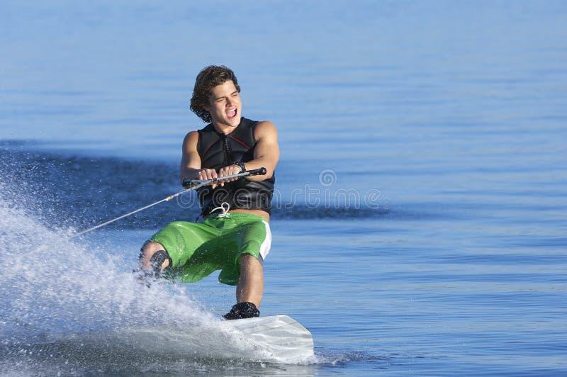 Man Wakeboarding på sjön royaltyfria bilder