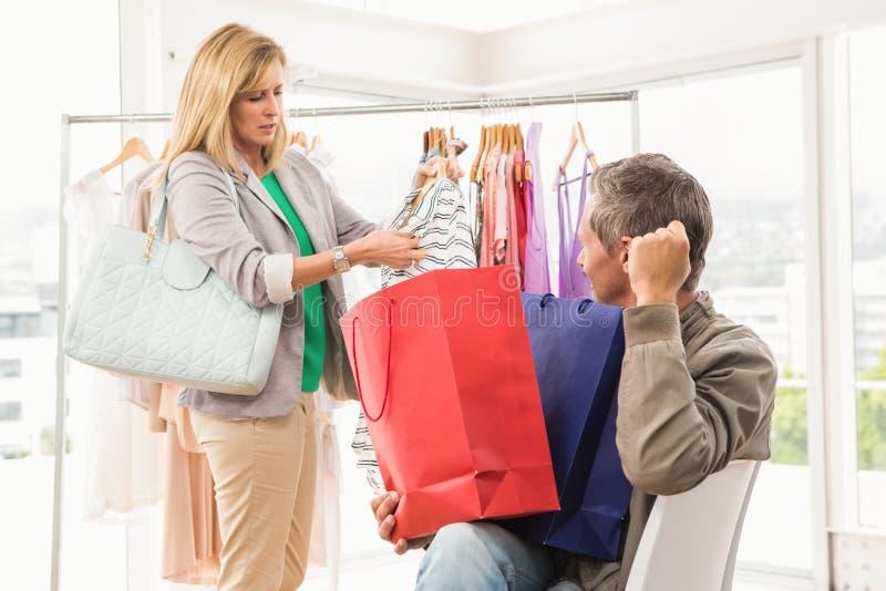 Man zitting en wachten voor zijn winkelende vrouw stock foto's