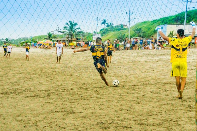 Manabi, Ecuador, 29 Mei, 2018: Groep vrienden die pret op het strand speelvoetbal hebben gelukkige mensen en strandspelen royalty-vrije stock foto's